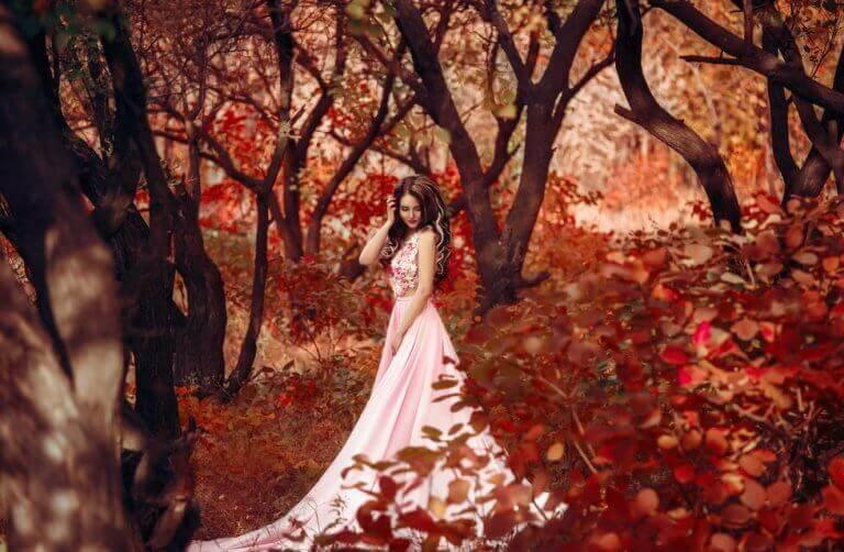 Frau in rosa Kleid im Wald