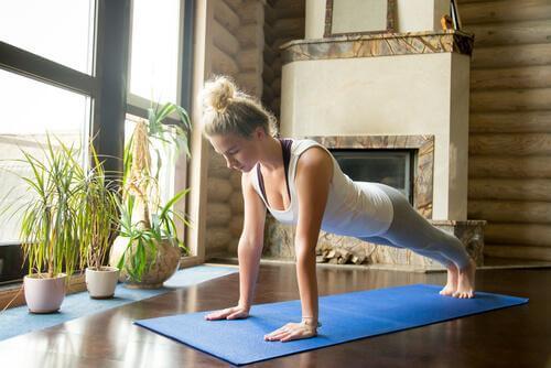 Frau macht daheim Yoga