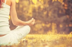 Mythen über Achtsamkeit - Frau meditiert