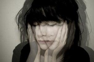 Affektive Labilität - Schlecht fokussiertes Bild einer Frau