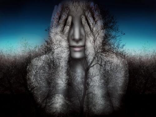 Frau verbirgt ihr Gesicht hinter ihren Händen, während um sie herum Bäume ranken.
