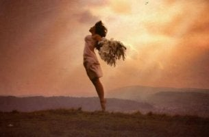 Dein eigener Held - Frau mit Flügeln in weiter Flur