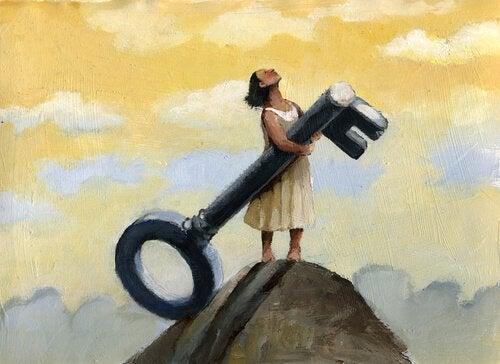 Frau trägt großen Schlüssel und steht auf Berggipfel
