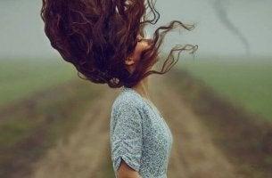 Familiäre Entwertung - Frau, deren Haar vom Wind zerzaust wird
