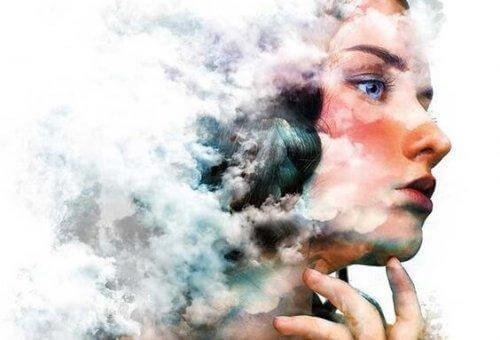Profil einer Frau, deren Haare größtenteils wolkenverhangen sind.