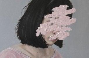 Angst vor Kontrollverlust - Frau mit verschmiertem Gesicht