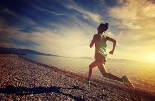 Belastbarkeit im Sport - Frau joggt am Strand