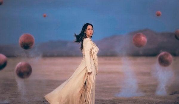 Eine Frau steht in der Wüste.
