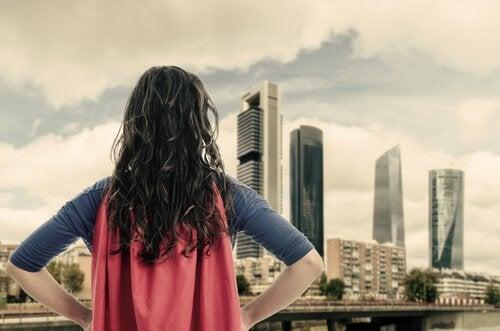 Mädchen mit rotem Cape vor Skyline