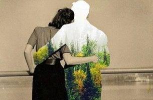 Optimismus oder Pessimismus - Frau umarmt eine Figur aus Blumen
