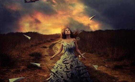 Frau umgeben von Papierflugzeugen