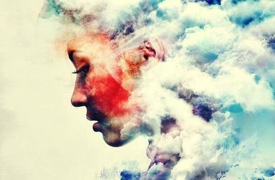 Frau umgeben von Wolken
