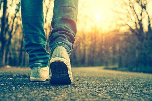 Füße, die einen Weg entlanggehen