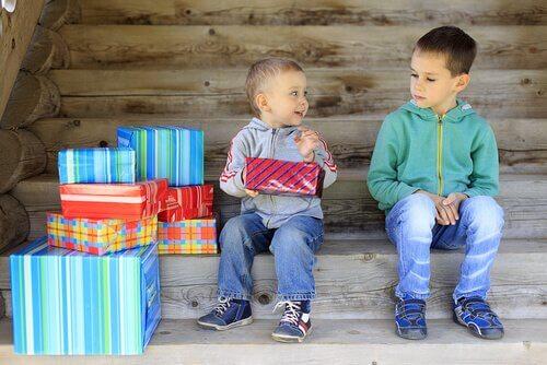 Geschwisterrivalität beim Auspacken von Geschenken