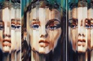 Dissoziation - verzerrtes Gesicht einer Frau in drei Spiegeln