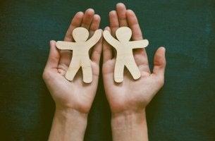 Philanthropie - Papiermännchen in zwei Händen