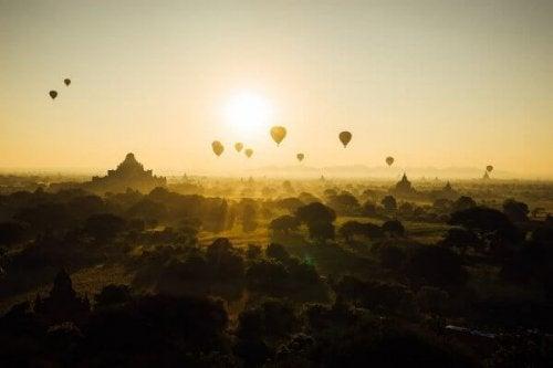 Heißluftballons fliegen Richtung Sonne