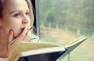 Intelligente Menschen zweifeln - Mädchen denkt über das nach, was es liest