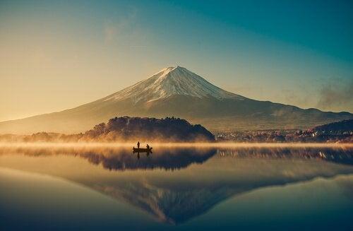 Boot auf einem See vor einem schneebedeckten Berg
