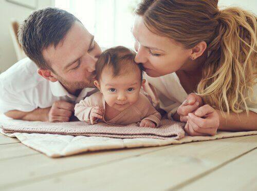 Junge Eltern kümmern sich liebevoll um ihr Baby.