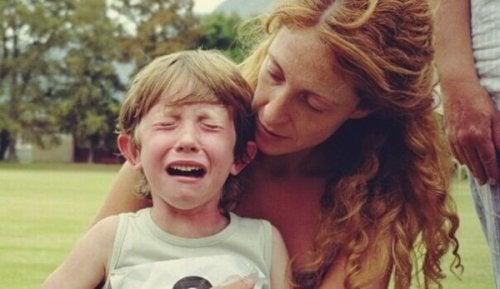 Junge weint und seine Mutter versucht, ihn zu trösten