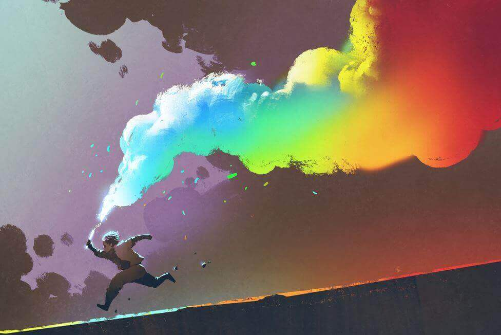 Ein Kind läuft den Berg herunter und zieht einen Nebel in Regenbogenfarben hinter sich her.