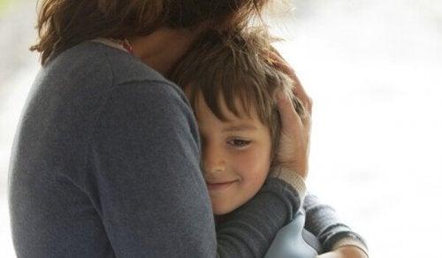 Kind wird von Mutter umarmt
