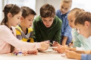 Revolution im Schulsystem - Kinder schauen sich im Unterricht zusammen etwas an.
