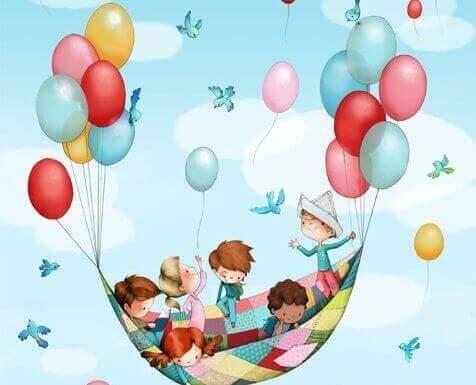 Kinder fliegen in einem aus Luftballons gebastelten Heißluftballons
