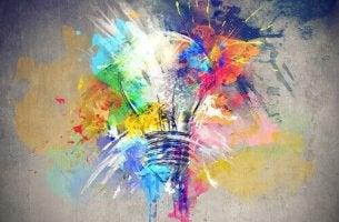 Kreativität - bunte Glühbirne