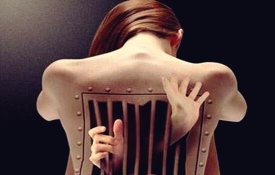 Rücken einer Frau in Form eines Gefängnisses