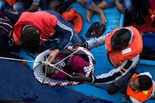 Kleinkind zwischen Flüchtlingen