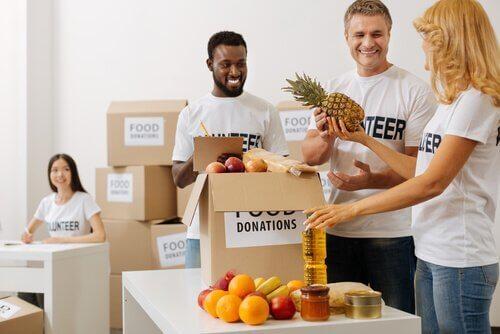 Leute packen Spenden ein