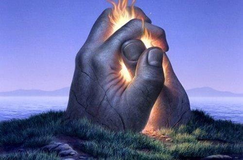 Zwischen zwei großen steinernen Händen auf einer Insel züngeln Flammen heraus.