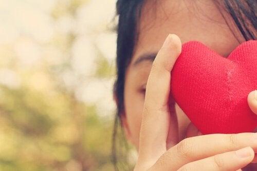 Mädchen hält ein Herz