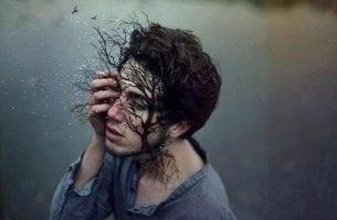Fehler leugnen - Mann, in dessen Gesicht ein Baum wächst