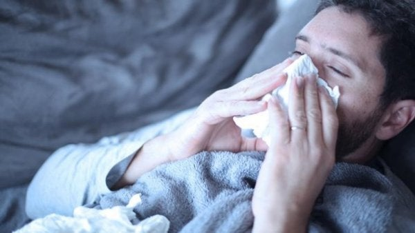 Ein Mann ist erkältet.