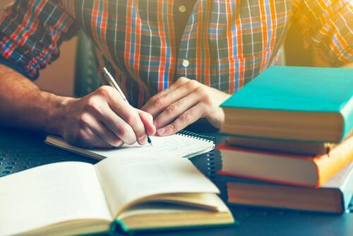 Fleißig lernen - Mann macht sich Notizen