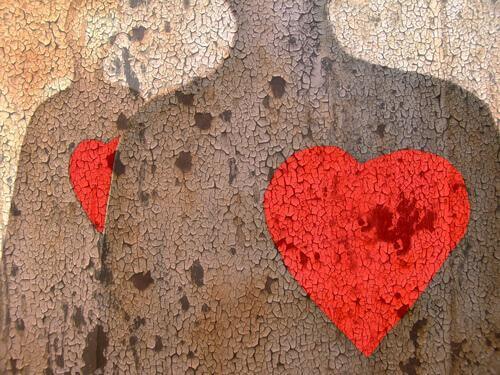 Zwei menschliche Oberkörper mit jeweils einem roten Herzen auf die Brust gemalt.