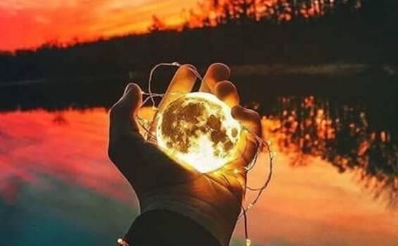 Hand hält Sonne