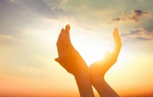 Offene Hände, durch die die Sonne scheint