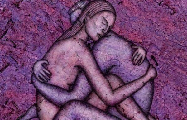 In Lila-Tönen gehaltenes Bild eines Paares, das sich sitzend umarmt