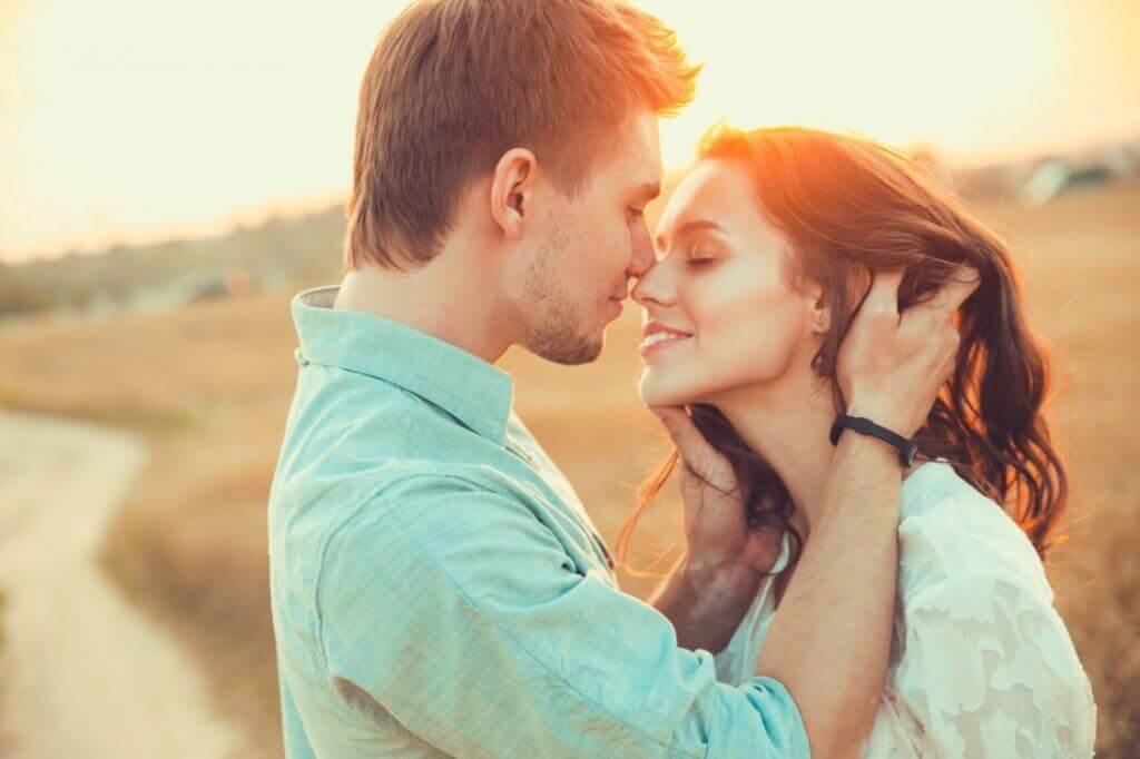 Paar küsst sich bei Sonnenaufgang