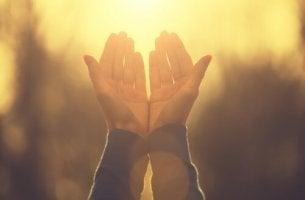 Warum gibt es Religion? - zur Sonne ausgestreckte Hände