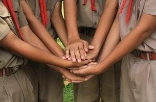 Räuberhöhle - Pfadfinder legen Hände zusammen