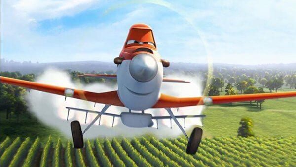 Sprühflugzeug über einem Feld