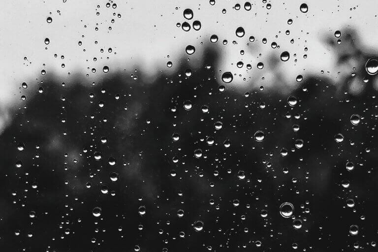 Regentropfen auf einem Fensterglas