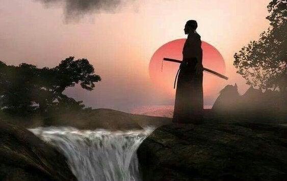 Samurai bei einem Wasserfall