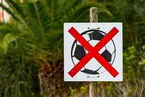 Was Kinder brauchen ist Bewegung und kein Fußballverbotsschild.
