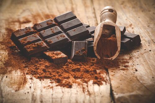 Dunkle Schokoladen und Kakoapulver